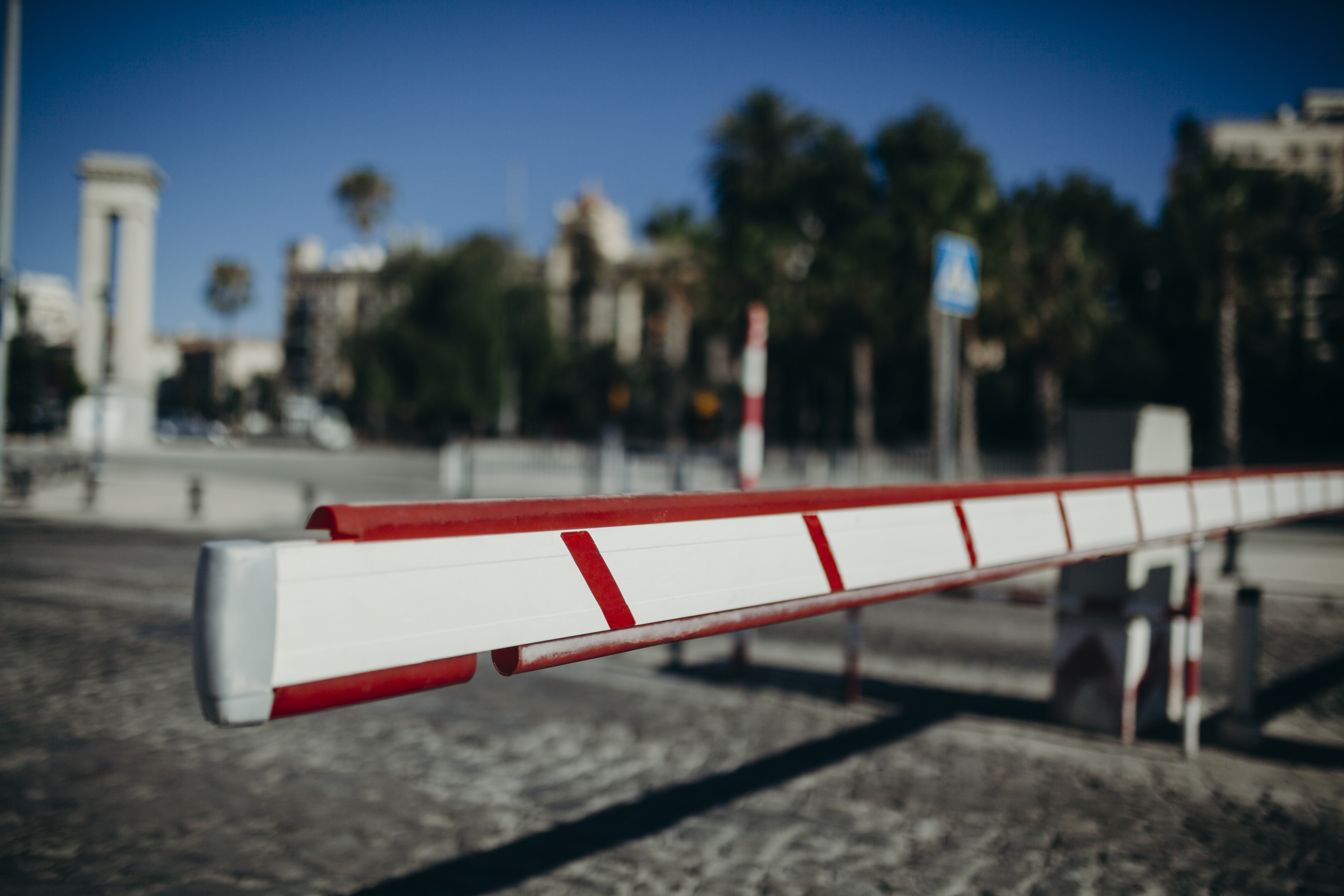 Vehicle access boom barrier